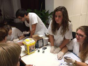 alumnos-de-enfermeria-ceu-elche-en-la-semana-del-mayor-12