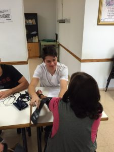 alumnos-de-enfermeria-ceu-elche-en-la-semana-del-mayor-15