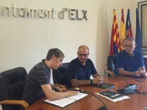 El concejal de Participación, Felip Sànchez, y el presidente de la Federación de Asociaciones Vecinos Dama d'Elx, Bernardo Sánchez