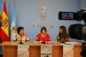 La concejala de ONG's de Torrevieja, Carmen Morate, acompañada por Trudy Páez y Antonia Albentosa como representantes de la Asociación de Alzheimer de Familiares y Amigos de Torrevieja