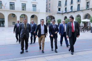 El concejal de Movilidad Fernando Marcos recibe a una delegación de Marbella.Foto; Ayuntamiento de Alicante/Ernesto Caparrós