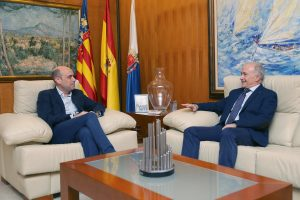 El alcalde de Alicante Gabriel Echávarri recibe al presidente de la Audiencia de Alicante Vicente Magro. Foto; Ayuntamiento de Alicante/Ernesto Caparrós