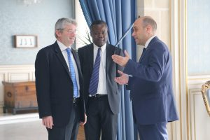 El alcalde de Alicante, Gabriel Echávarri, recibe al nuevo cónsul general de Francia en Madrid, Cédric Prieto. Alcaldía. Foto; Ayuntamiento de Alicante/Ernesto Caparrós
