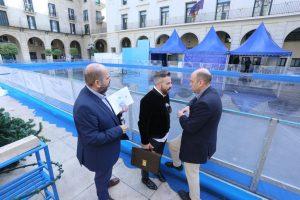 El alcalde de Alicante Gabriel Echávarri en pista de hielo Foto; Ayuntamiento de Alicante/Ernesto Caparrós