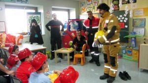 visita-bomberos-planta-de-pediatria-21-12-16-028