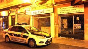 Brigada nocturna de policía local detiene a los autores de robo en establecimiento y recupera caja registradora