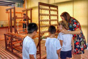 """La exposición de """"El Telar"""" enseña a todo visitante que se acerque al Museo Escolar de Pusol cómo se elaboraba la cinta de fibra de cáñamo o de pita en dicha industria, con la que se confeccionaba la pala y el talón del calzado."""