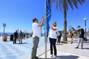 La concejala de Turismo y Playas, Eva Montesinos, y el edil de Medio Ambiente, Víctor Domínguez, realizan el acto de izada de las banderas azules de las playas de la ciudad. Botiquín playa del Postiguet.<br /> Foto; Ayuntamiento de Alicante/Ernesto Caparrós