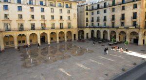 Deportes organiza la primera jornada de tenis gratuito para los más jóvenes en la Plaza del Ayuntamiento