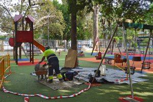 Cerrado el parque infantil  de la Glorieta Gabriel Miró por una avería en el desagüe de la fuente